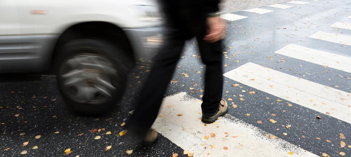 Abbiegende Autos gefährden Gehende