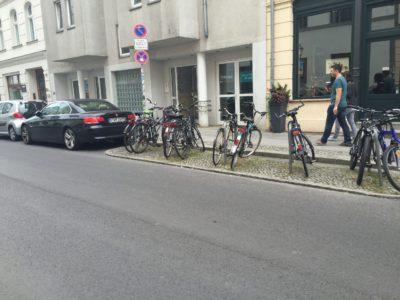 Fahrradparken auf der Fahrbahn, Gehen unbehindert auf dem Gehweg