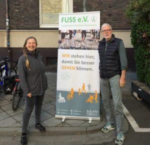 Der gemeinnützige Verein Fuss unterstützt die Forderung nach mehr Platz für Gehende beim Parking Day in Darmstadt.
